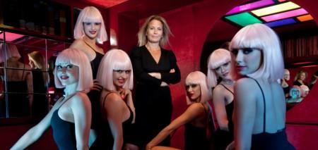 3 septembre 2009  :  Andrée DEISSEMBERG directrice du CRAZY HORSE avec les girls - photos Jean Ber